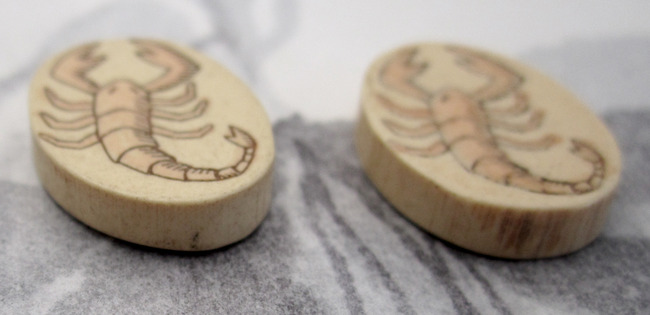 2 pcs. etched wood scorpion scorpio cabochons 18x13mm - f4026