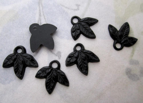 18 pcs. black plastic triple leaf charms 15x11mm - f4901