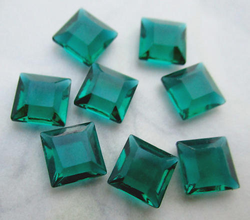 24 pcs. TTC table tin cut unfoiled emerald green square rhinestones 8mm - f6320