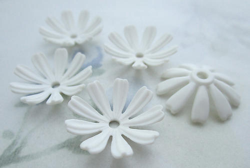 15 pcs. white plastic flower rivet on findings beads 20mm - f6580