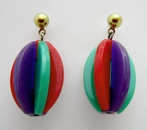 plastic 1960's stylish Twiggy on Carnaby Street mid century modern pierced drop earrings - j6506