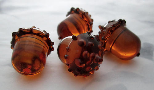 10 pcs. plastic amber acorns no hole 24x16mm - s07